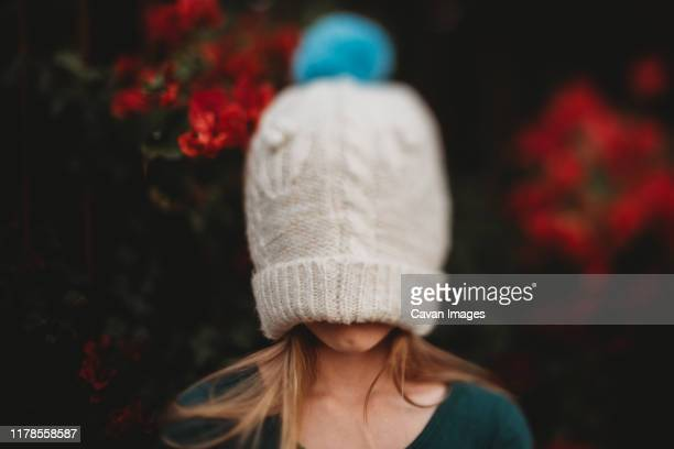 girl with winter hat on head with flowers - froid humour photos et images de collection