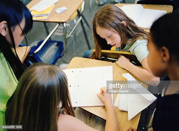 Mädchen im Klassenzimmer arbeiten