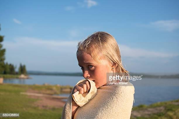girl wrapped in towel at lake, siljan, dalarna, sweden - レクサンド ストックフォトと画像