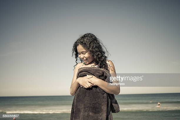 girl wrapped in towel on beach, truro, massachusetts, cape cod, usa - heshphoto stockfoto's en -beelden