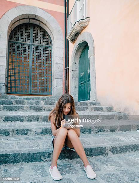 girl writing diary - alleen tienermeisjes stockfoto's en -beelden