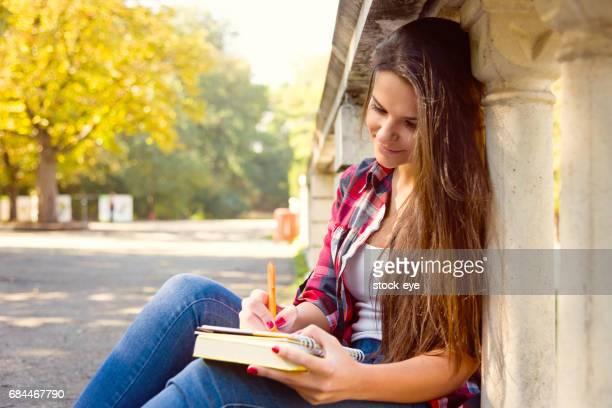 Girl escribió en el diario