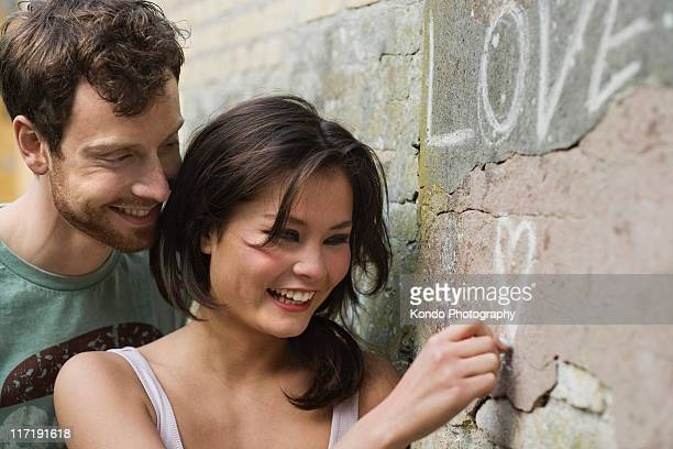 Amie écrire l'amour sur un mur
