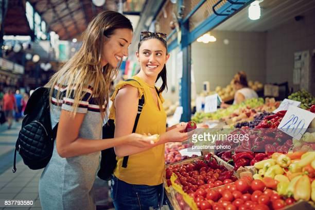 Novias compra frutas y verduras en el mercado