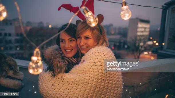 Amigas celebrando la Navidad