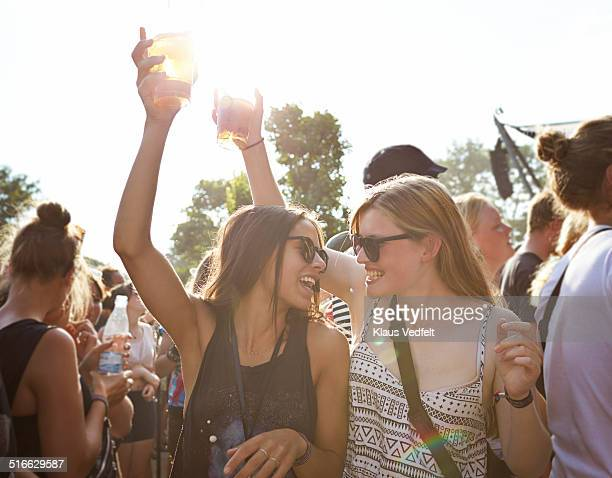 girlfriends cheering with beer at concert outside - evento de entretenimento - fotografias e filmes do acervo