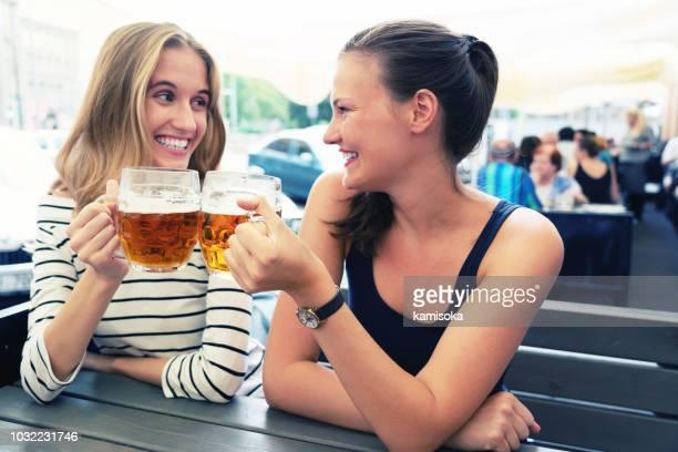ビアガーデンでビールを飲んでのガール フレンド - チェコ ストックフォトと画像