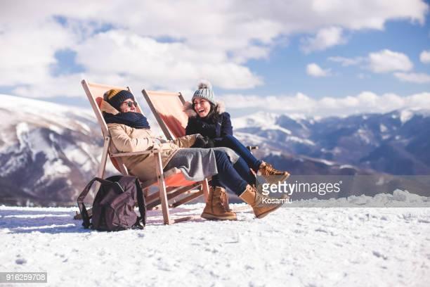 楽しんで冬 hoiliday のガール フレンド - スキー旅行 ストックフォトと画像