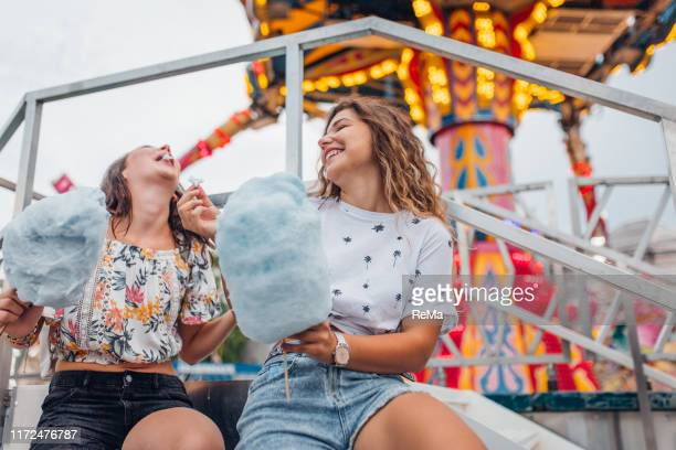 freundinen haben spaß im freizeitpark - schwester stock-fotos und bilder