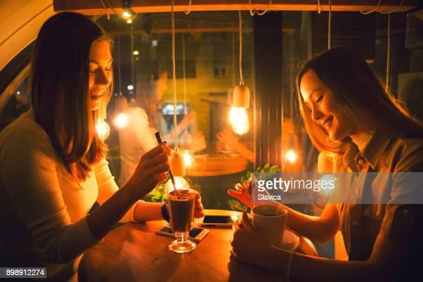 Novias con bebidas en el restaurante