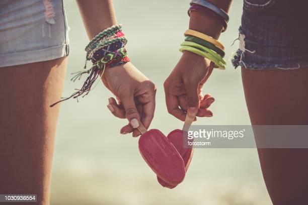 namoradas com sorvete - pulseira - fotografias e filmes do acervo
