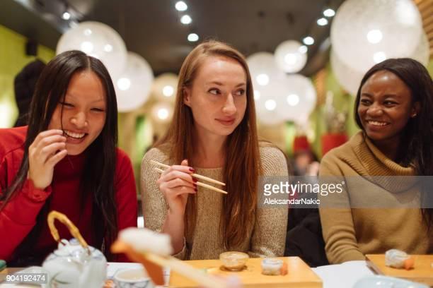 中国のレストランでガール フレンド