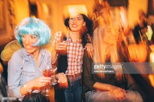 Amigas en una fiesta de Halloween