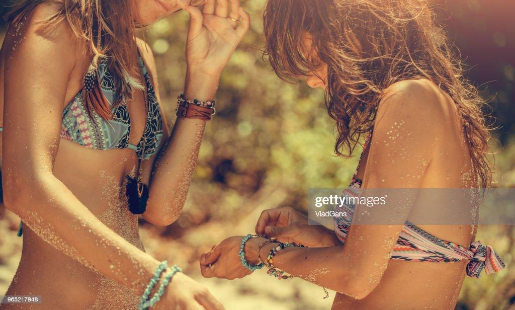 Namoradas na praia : Foto de stock