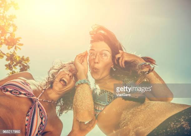 namoradas na praia - vlad models - fotografias e filmes do acervo