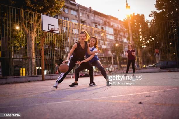 flickvänner spelar basket - basketboll lagsport bildbanksfoton och bilder