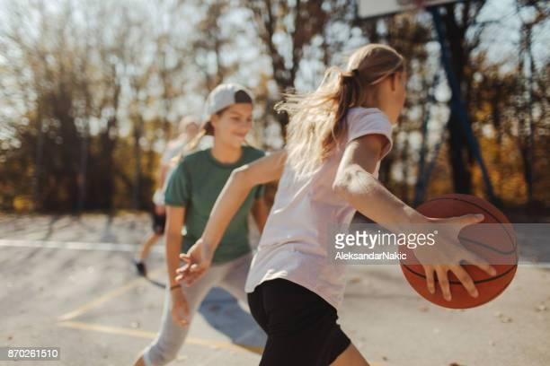 Mädchen und basketball