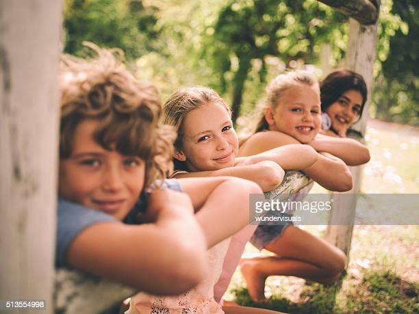 Mädchen und Jungen Lehnend auf Holz-Zaun auf Sommer Tag