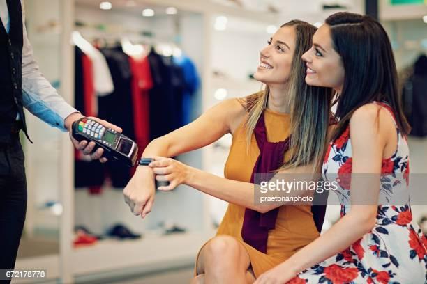 Mädchen sind Zahlen mit smart-Uhr in einer boutique