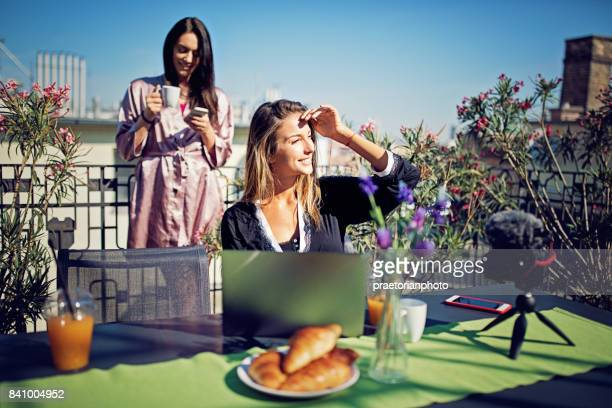 女の子は、朝の屋上テラスで動画ブログ