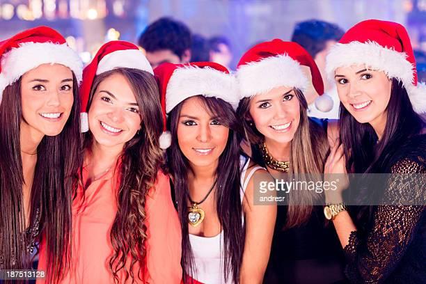 mädchen in eine weihnachtsfeier - weihnachtsfrau stock-fotos und bilder