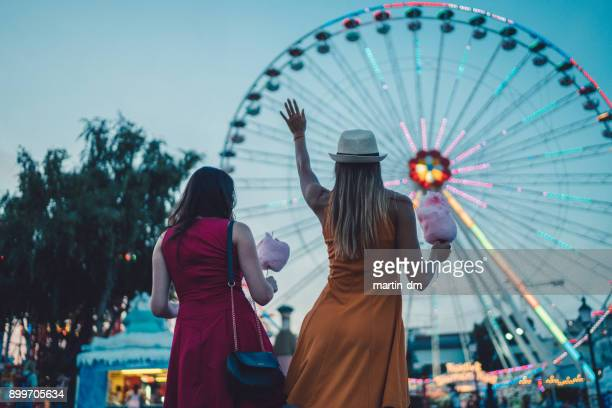 girls at the amusement park - ferris wheel stock pictures, royalty-free photos & images