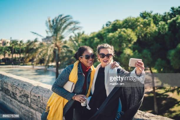 chicas en vacaciones en españa - valencia fotografías e imágenes de stock