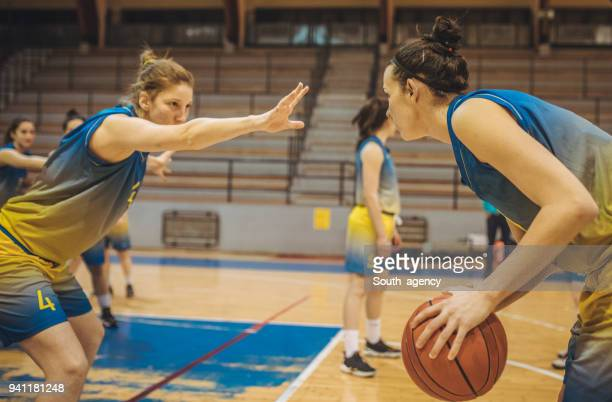 girls basketball game - women's basketball stock pictures, royalty-free photos & images