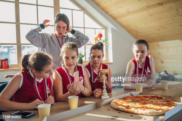 jogadores de basquetebol das meninas e ônibus que comemoram o troféu - trophy - fotografias e filmes do acervo