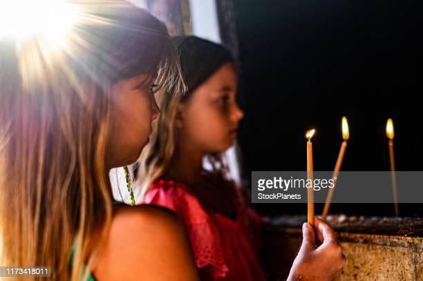 mädchen brennen kerzen - feierliche veranstaltung stock-fotos und bilder