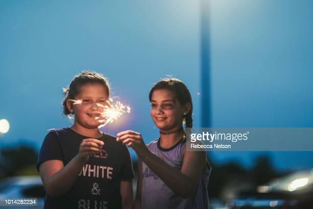 girls celebrating independence day with sparklers - partido político - fotografias e filmes do acervo