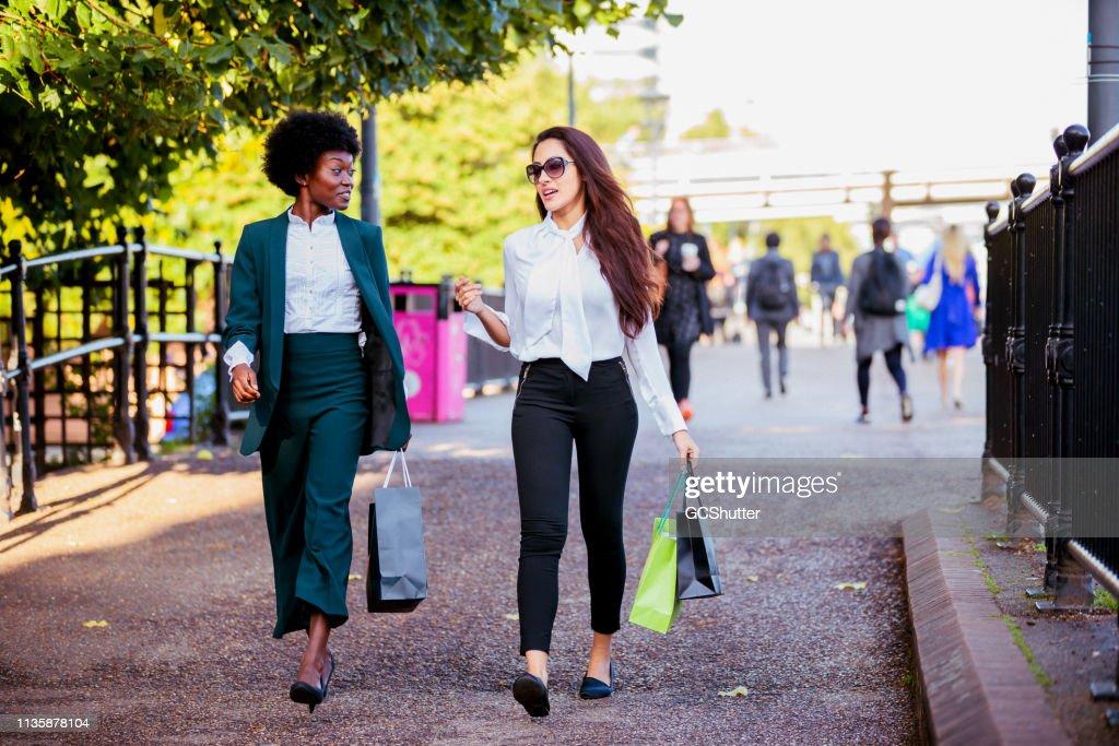 Meisje dagje uit in het winkelgebied van Londen : Stockfoto