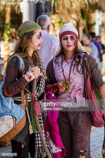 girls dressed like stowaways at festival - merten snijders stockfoto's en -beelden
