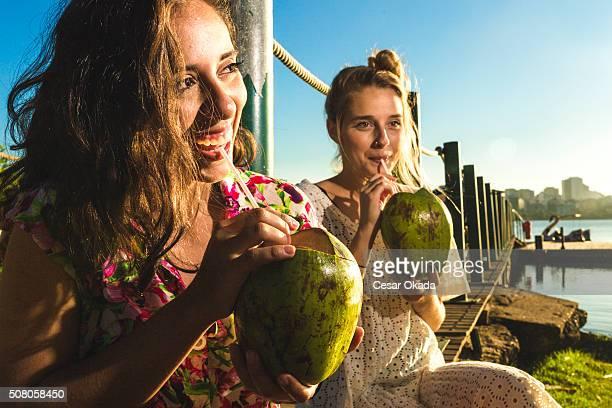 Mädchen trinken Kokosnuss Wasser