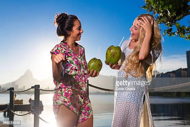 Fille de boire de l'eau de noix de coco