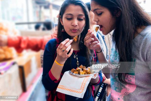 girls eating aloo chaat street food - indian food stock pictures, royalty-free photos & images