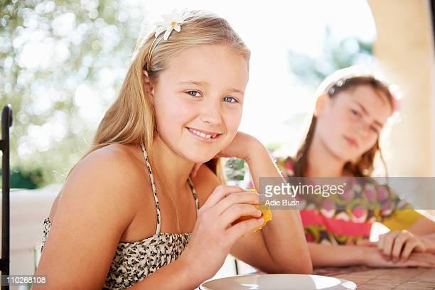 Mädchen isst frisches Obst