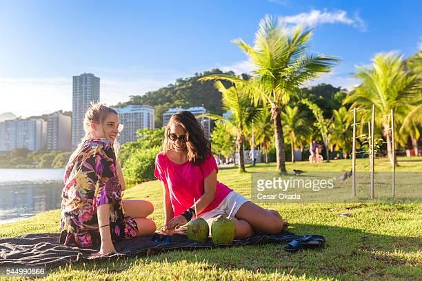 meninas aproveitando as atividades ao ar livre, no rio de janeiro - rio de janeiro - fotografias e filmes do acervo