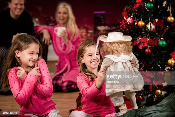 mädchen excitedly öffnen weihnachten präsentiert.  eltern, weihnachtsbaum, geschenke hintergrund. - open source stock-fotos und bilder