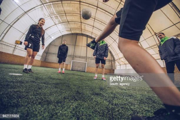 Mädchen Fußball training drinnen