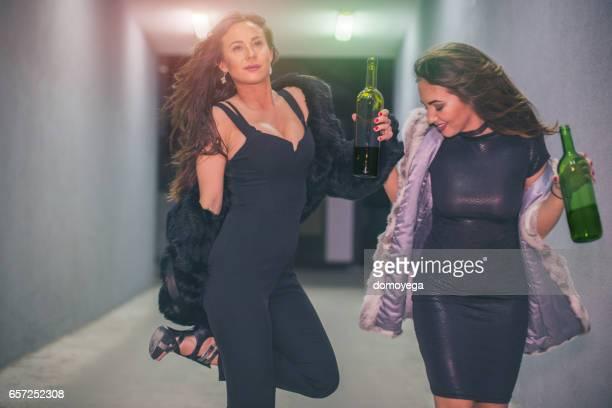 Meisjes met een geweldige tijd op het avondje uit