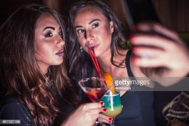 Meisjes met een selfie in de nachtclub
