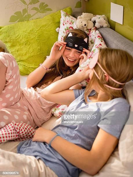 Mädchen, die eine Pyjamaparty mit niedlichen Schlafen Masken