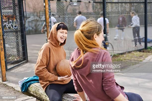 girls having fun at sports ground - voetbal teamsport stockfoto's en -beelden