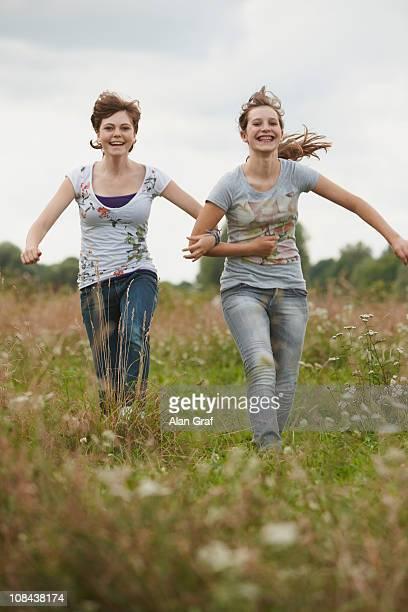 Duas Meninas divertir-se juntas em um parque