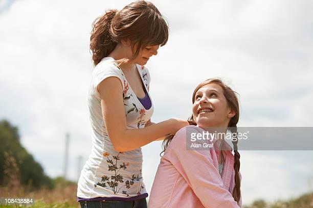 Zwei Mädchen, die Spaß in einem park