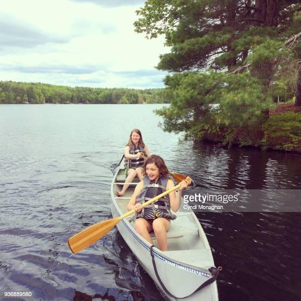 girls in a canoe - life jacket photos - fotografias e filmes do acervo