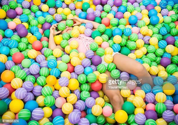 Mädchen in ball-pool
