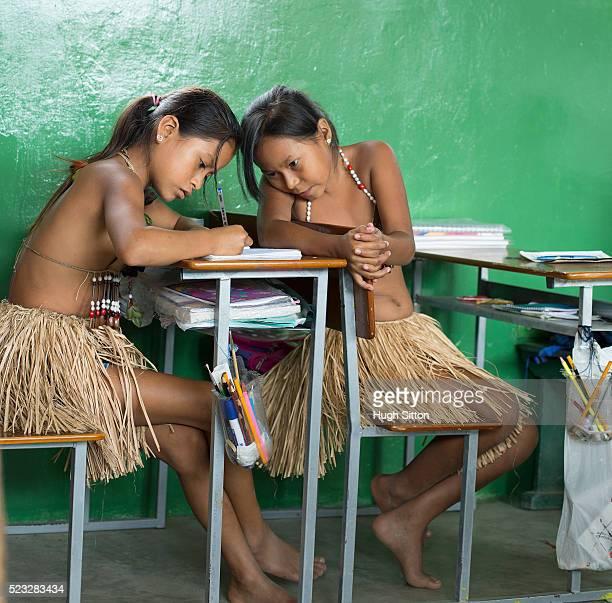 girls (8-9) in classroom, amazon river basin, ecuador - hugh sitton photos et images de collection