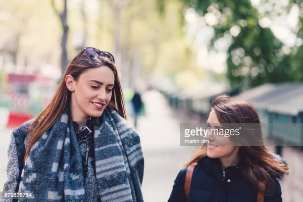 Mädchen in Paris gehen und sprechen
